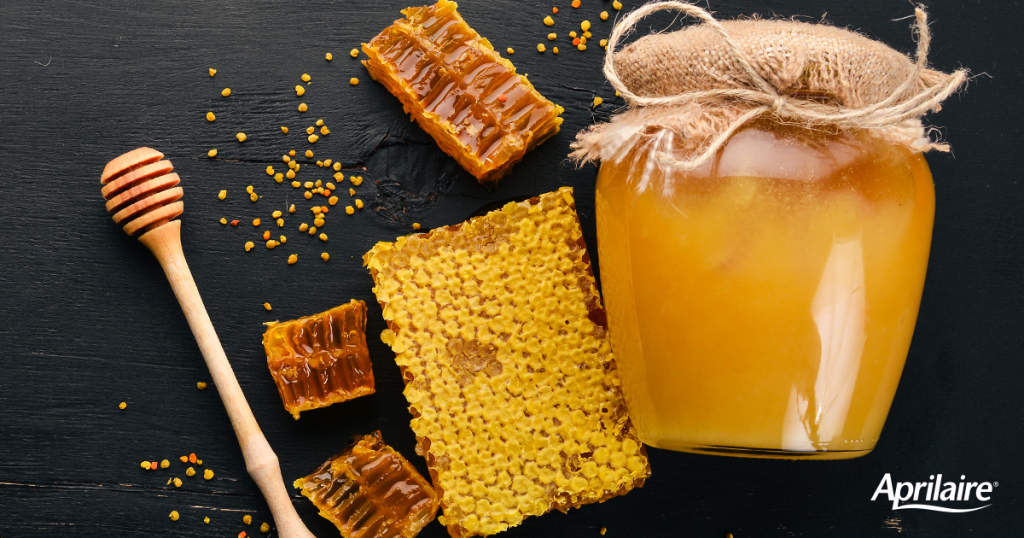 Jar-of-honey-honeycombs-wooden-honey-dipper-to-represent-discussion-about-using-local-honey-for-allergies
